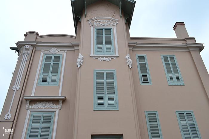 Οι λεοντοκεφαλές στις γωνίες και η ανάγλυφη σύνθεση στο τύμπανο της στέγης της βίλας Πετρίδη Photo Credits:Chrisa Fragoudi